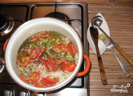 В бульон с мясом положить картошку и морковь. Когда эти овощи наполовину сварятся, добавить всё остальное.