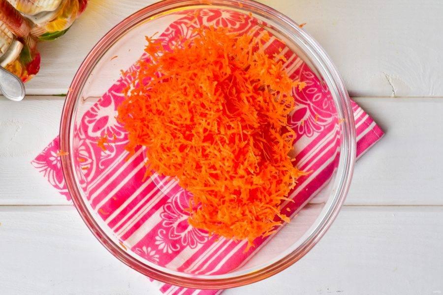 Натрите на мелкой терке морковь.