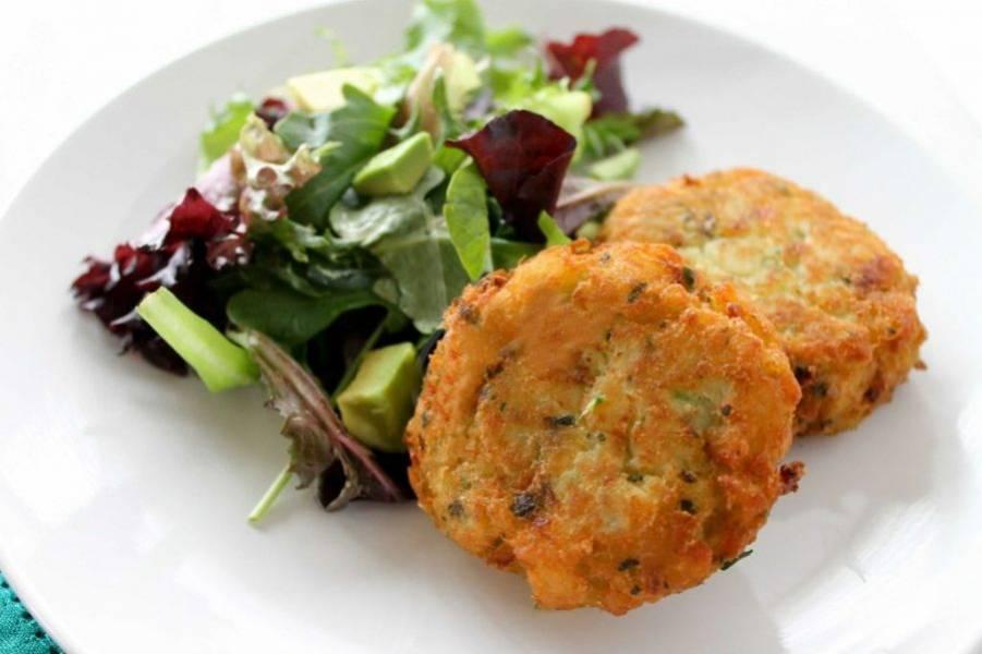 3.Разогрейте сковороду с растительным маслом и выложите котлеты, обжарьте ох до румяной корочки. Подавайте с зеленым салатом. Приятного аппетита!