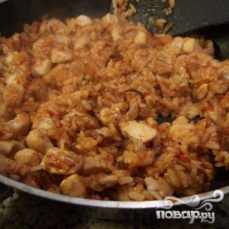 Когда рис с курицей готовы, отставьте в сторону. Приготовьте омлет (взбейте яйца и обжарьте на оставшемся масле).