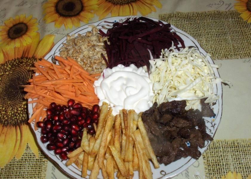 3. Я овощи не отвариваю, мне нравится и так. Выкладываем все ингредиенты кучками, по центру выливаем майонез. Салат готов!
