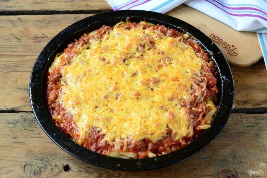 Пирог из спагетти под сыром готов. Подавайте горячим, украсив свежей зеленью.