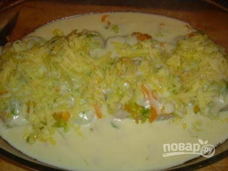 7.Сыр измельчаю на терке, посыпаю им кусочки, разогреваю духовку.