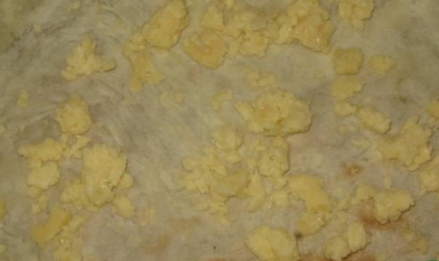 В форму для запекания, смазанную маслом, кладем лаваш. Края лаваша должны свисать. Посыпаем лаваш сыром.