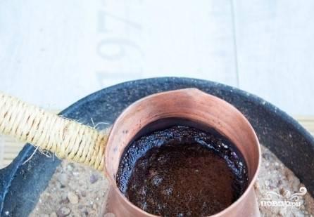6. Обдайте кипятком чашечки. Следите за кофе: как только пена начнет расти и появятся первые пузырьки, быстро снимите турку с огня. Аккуратно снимите пену, разложите её по чашкам.