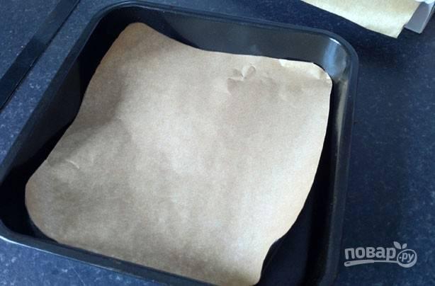 3.Застелите форму для выпечки пергаментом, вылейте тесто и разровняйте его. Отправьте корж в разогретый до 180 градусов духовой шкаф на 20-30 минут.