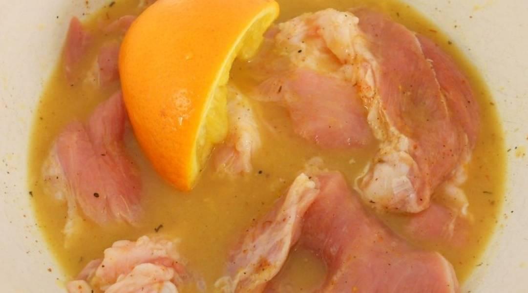 Выдавите сок из апельсинов, добавьте в мясо. Половинку апельсина оставьте. Добавьте оливковое масло, перемешайте.