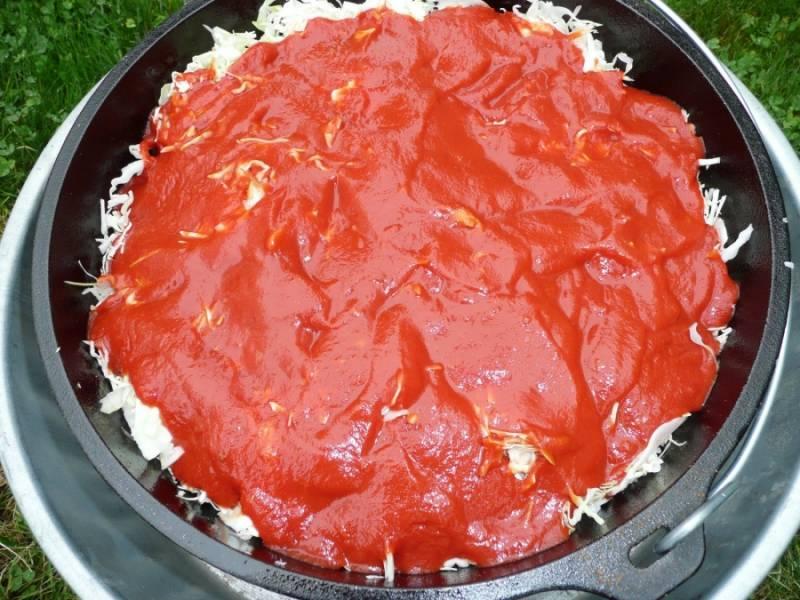 2. Сверху выложите томатное пюре. Не перемешивайте.
