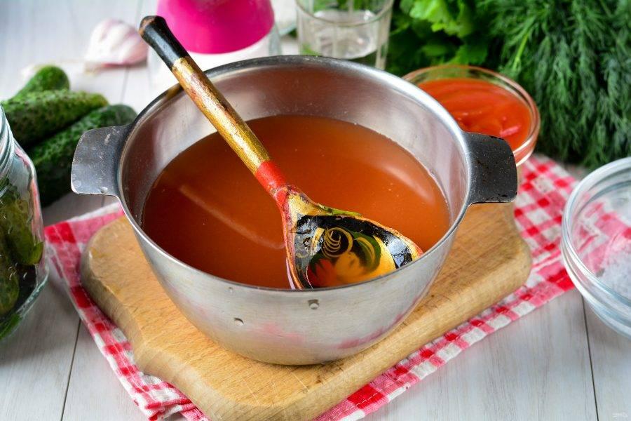 Из воды, сахара, соли и кетчупа сварите маринад. Доведите до кипения, влейте уксус и снимите с огня.