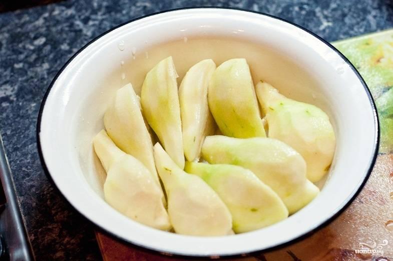 Уложите груши в кастрюльку или железную миску, полейте их лимонным соком. Залейте 300 мл. воды и проварите 15 минут.