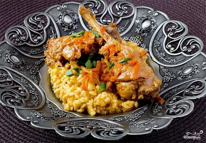 Дождитесь, пока соус закипит, уменьшите огонь до минимума и тушите кролика на слабом огне около часа. Мясо подавайте с гарниром, украсив свежей зеленью.
