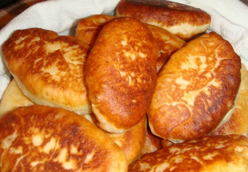 Через час можно доставать наше тесто и приступать к приготовлению задуманного. Можно печь пироги, пирожки и булочки, а  также жарить беляши, чебуреки и многое другое. Сегодня я сделала пирожки с картошкой, луком и сыром. Вот такая прелесть получилась!