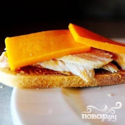 4. Выложить сверху полоски куриного филе и ломтики сыра поверх хлеба, смазанного горчицей.