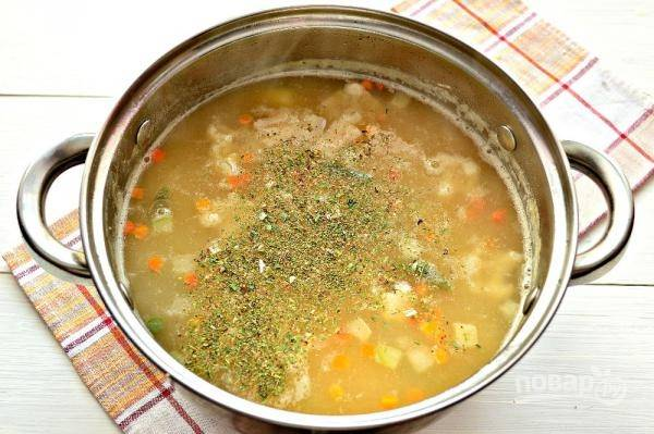 8. А также специи по вкусу и при необходимости еще соли. Проварите несколько минут, снимите гороховый суп с курицей с огня и оставьте под крышкой минут на 10-15 перед подачей. Приятного аппетита!