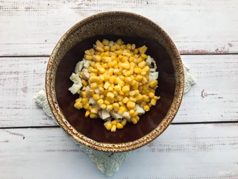 Выложите в тарелку кукурузу.