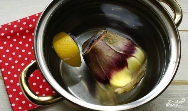 Артишок подготовьте. Отрежьте от него верхушку, отварите остальной плод в воде с добавлением лимона. Выбирайте только свежие продукты, готовьте артишоки сразу же, чтобы они не лежали в холодильнике.