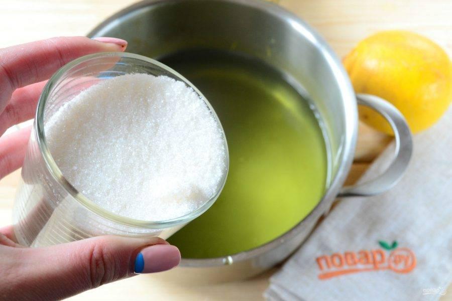 Полученную жидкость верните в кастрюлю, добавьте сахар.