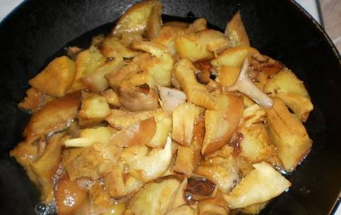 2. Помойте тщательно грибы, а еще лучше замочите их перед этим на некоторое время, пока занимаетесь своими делами. Затем нарежьте и отправьте на сковороду жариться.