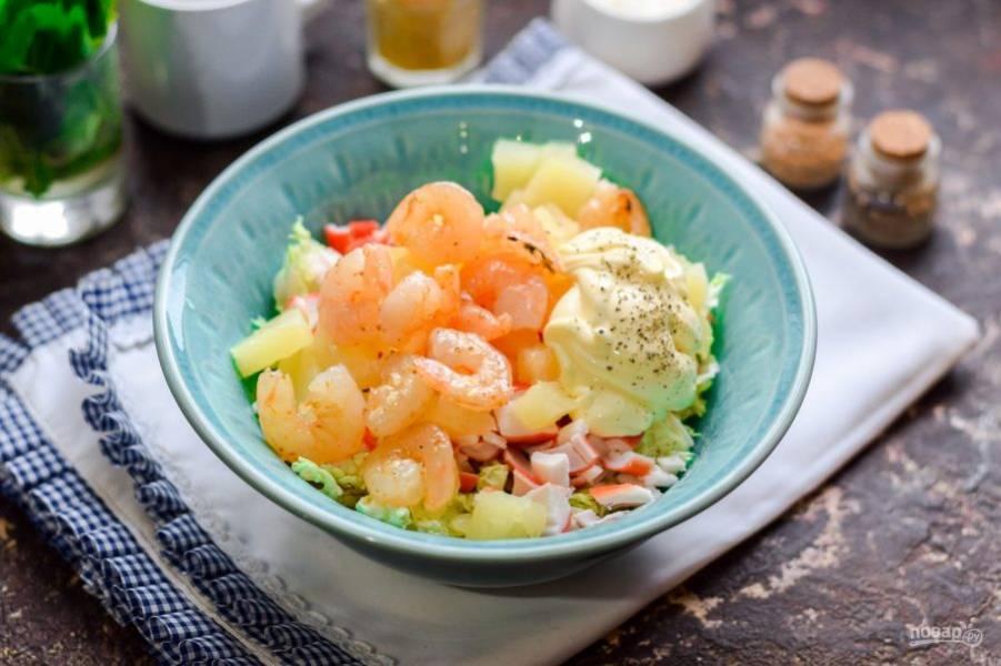 Креветки поджарьте на сухой сковороде, добавьте в салат. Заправьте салат майонезом и подавайте к столу.