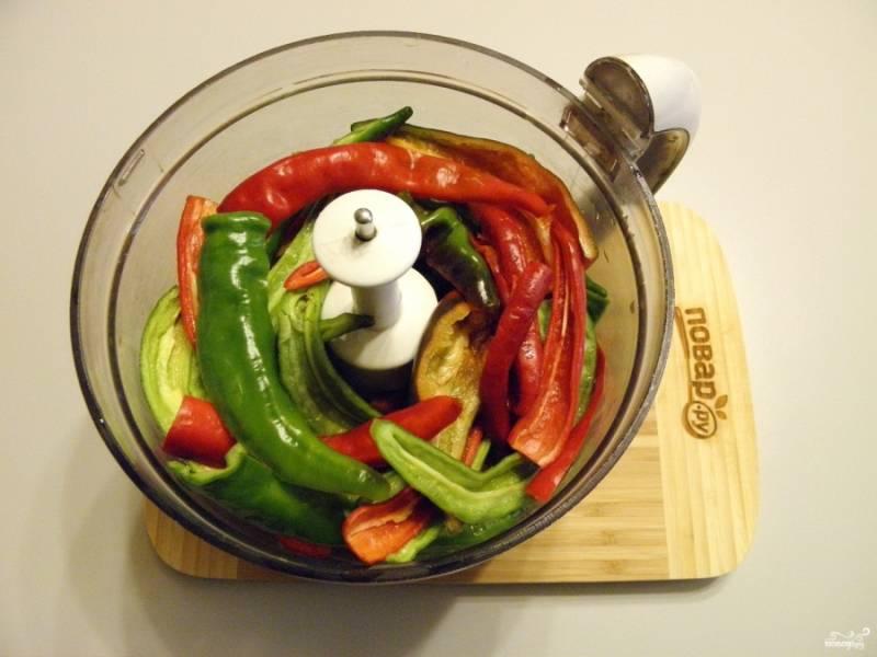 Отрежьте хвостики у перца. Удалите семена. Сложите переу в чашу измельчителя.