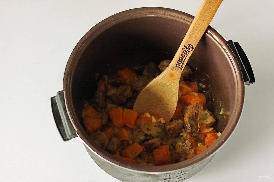 """Готовьте на режиме """"Выпечка"""" или """"Тушение"""" 30 минут. Если мясо жесткое, то при необходимости можно продлить время. Но если готовить тыкву дольше 20-30 минут, то она может стать слишком мягкой. Если любите овощи в состоянии аль-денте, то учтите это и добавляйте тыкву только тогда, когда мясо будет почти готово."""