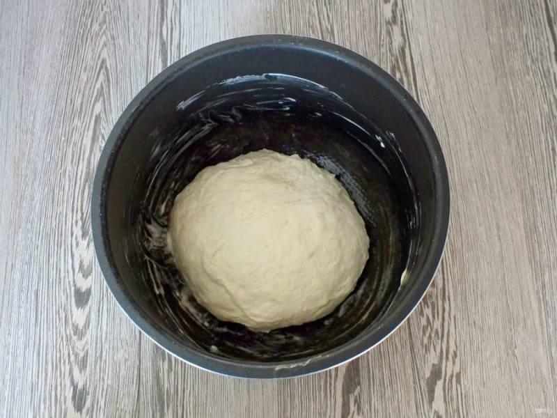 """По истечении времени смажьте чашу мультиварки обильно сливочным маслом (15 грамм). Поставьте в мультиварку и нагрейте ее на функции """"Подогрев"""". Как только масло подтает, выключите """"Подогрев"""". Переложите тесто в чашу мультиварки. Закройте крышкой и оставьте на 40 минут. После, не открывая крышки, включите режим """"Выпечка"""" 45 минут."""