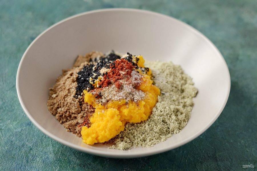 Соедините лен, тыквенные семечки и тыкву. Добавьте кунжут, специи и соль.