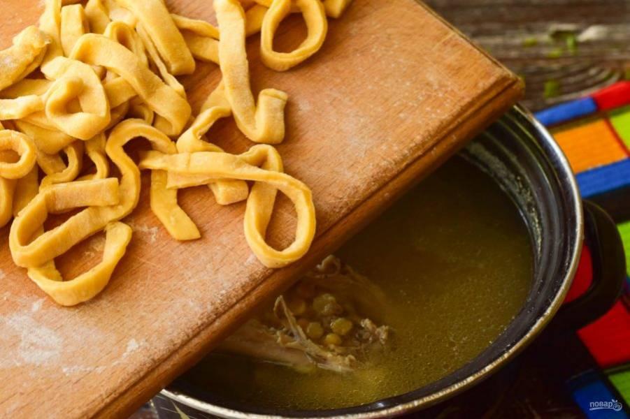 Выложите подготовленную лапшу в суп. Варите его 10 минут.