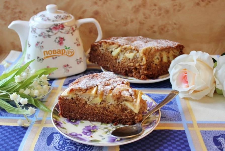 Готовый пирог достаньте из формы, охладите, нарежьте и подавайте к столу.