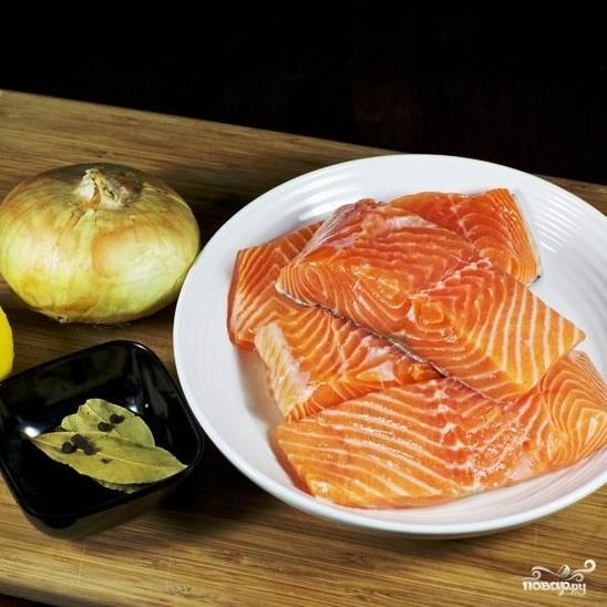 Подготовим все ингредиенты. У меня был лосось, нарезанный на порционные филе-кусочки (4 штуки). Если у вас просто большой филейный кусок рыбы - разрежьте на порционные.