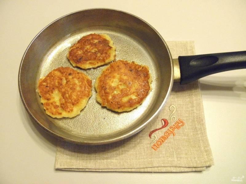 Обжаривайте постные дранки из картошки на среднем огне до румяной корочки. Подавайте с томатным соусом или сметаной.