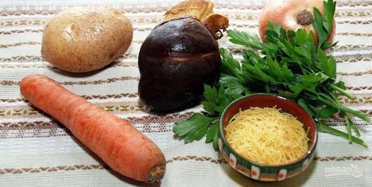Ну что же, начинаем с обычной подготовки ингредиентов. Промываем грибы, очищаем картофель, морковь и лук. Зелень промываем и высушиваем.