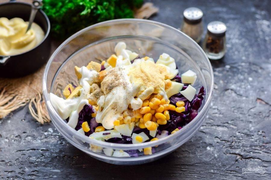 Заправьте салат майонезом, посолите и поперчите по вкусу. Перемешайте и подавайте к столу.