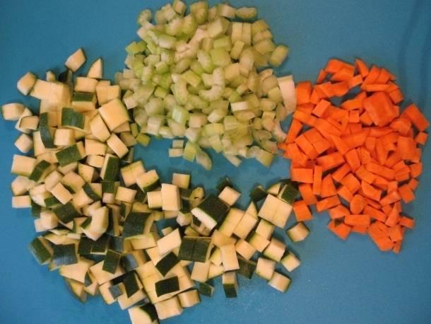 Для начала промываем, чистим и нарезаем все овощи. Цукини и морковь режем небольшими кубиками, сельдерей пластинками.