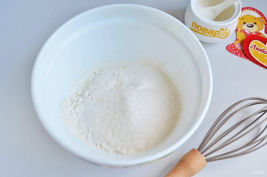 2. В миске соедините все сухие ингредиенты, перемешайте.