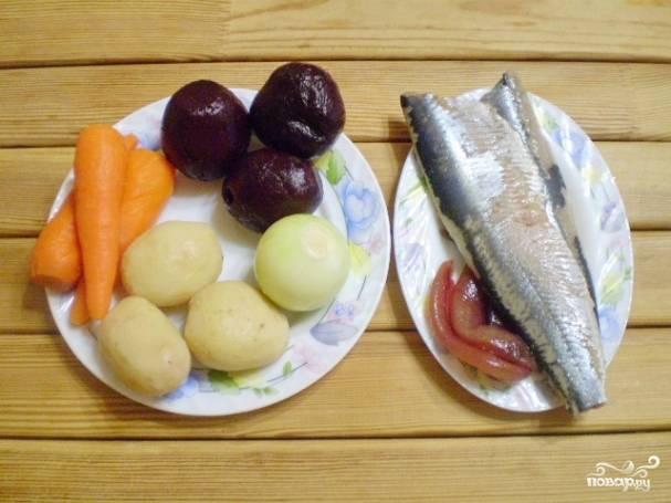 Очистите все овощи от кожуры. Селедку разберите на филе, максимально удалите кости.