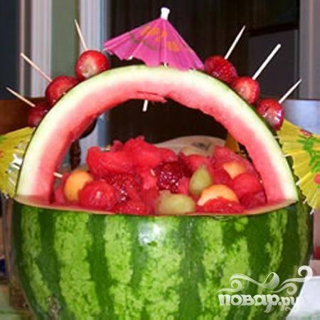 4. Особое очарование салату предаст ручка, выполненная из той же арбузной корки. Подавайте салат сразу же, а если его необходимо хранить, то держите его в холодильнике не более нескольких часов, чтобы фрукты не стекли.