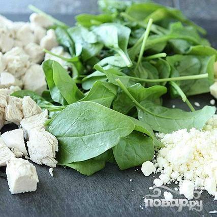 3. Нарезать вареные куриные грудки кубиками. Нарезать маслины кольцами. Нарезать сыр Фета кубиками.