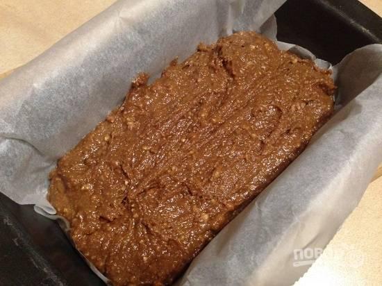 Форму для выпечки кекса застилаем пергаментом, выкладываем тесто, разравниваем. И мокрым ножом как бы прорезаем кекс посредине.