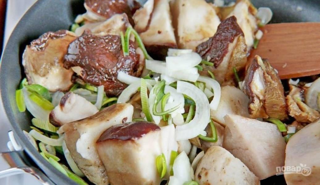 В сковороде разогрейте оливковое или любое другое масло и выложите в него лук, чеснок и грибы. Обжаривайте на сильном огне, периодически помешивая, до золотистой корочки.