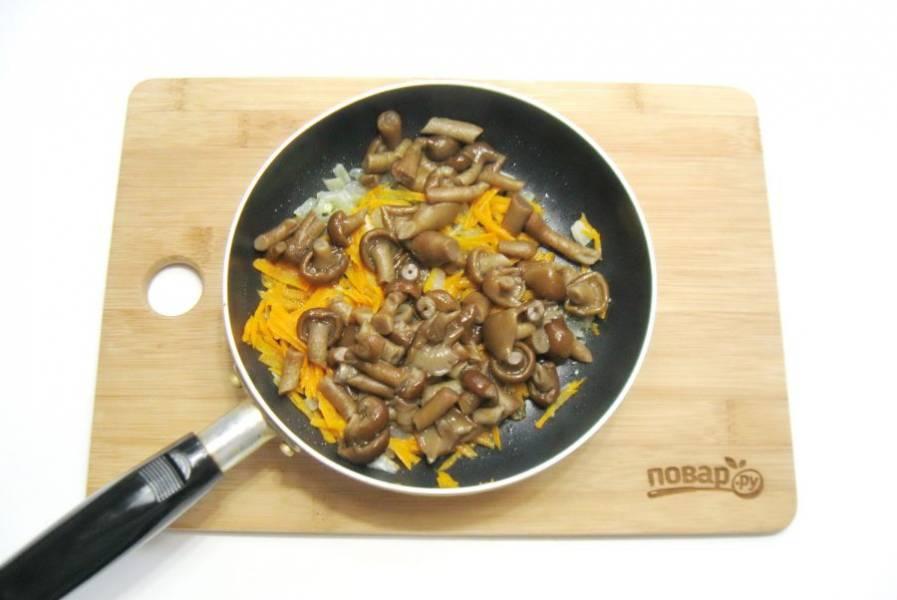 Вареные опята мелко нарежьте и выложите в сковороду с луком и морковью.