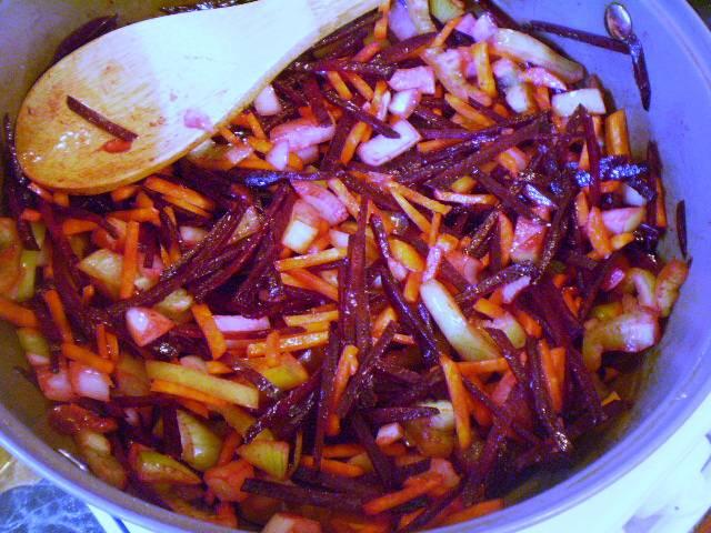 На растительном масле сначала обжарьте свеклу, потом добавьте лук, морковь и болгарский перец. Обжаривайте овощи до полуготовности. Влейте томатный сок, протушите 5-7 минут.