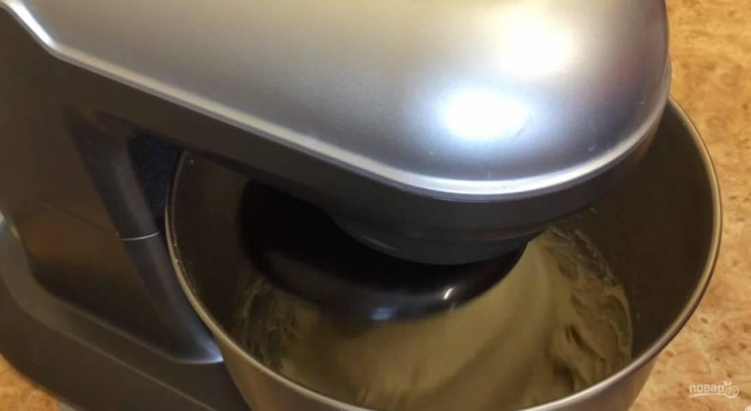 Выложите опару в миску тестомеса, добавьте воду комнатной температуры, теплое растопленное сливочное масло, яйцо, сахар и соль. Добавьте просеянную муку и вымесите тесто в тестомесе 5 минут на второй скорости.