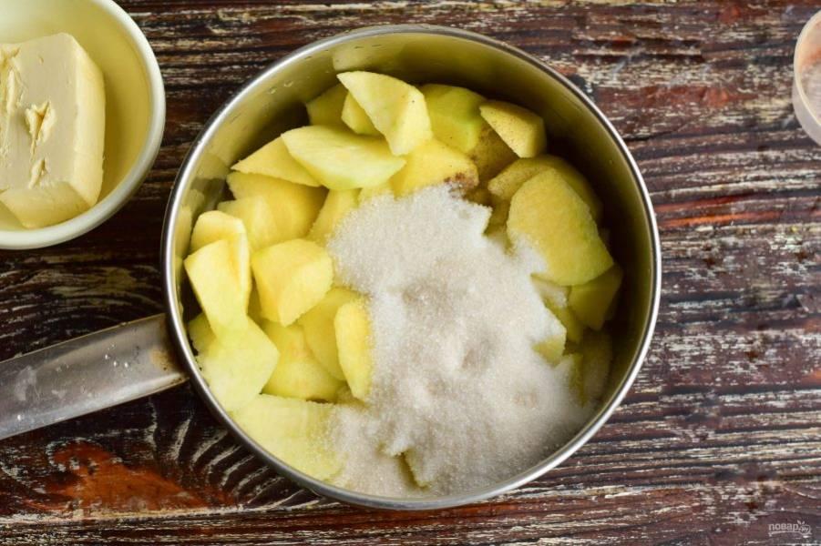 Вымойте, очистите и нарежьте яблоки. Выложите их в ковш или миску. Добавьте сахар. Влейте сок лимона. Добавьте корицу.