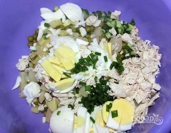 Яйца нарезаем и добавляем к остальным ингредиентам. Добавим немного зеленого лука или петрушки.
