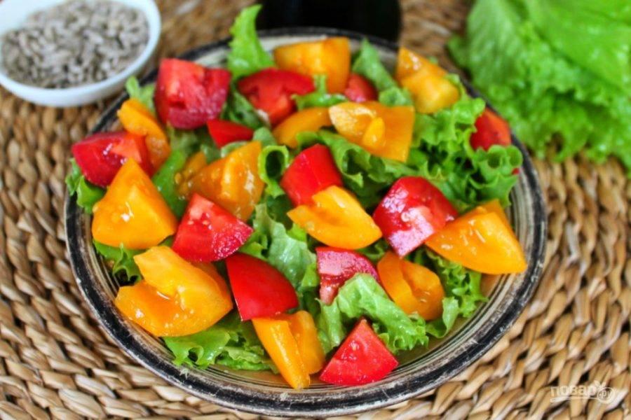 На салат выкладываем нарезанные кусочками помидоры.