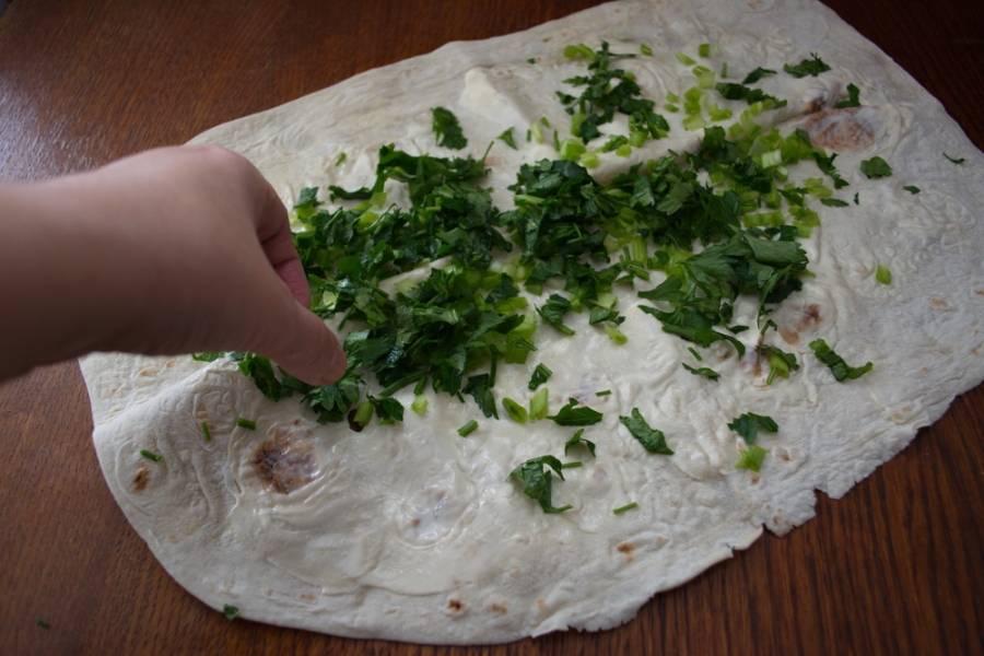 3. Измельчите петрушку. Перед нарезкой лучше удалить жесткие стволики. Они грубо смотрятся в готовом блюде. Лучше оставить для измельчения только листики. Измельченную зелень выложите на лаваш.