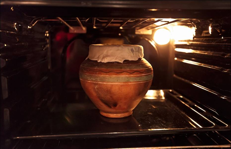Ставим горшок в духовку, разогретую до 180 градусов. Готовим 40-60 минут.