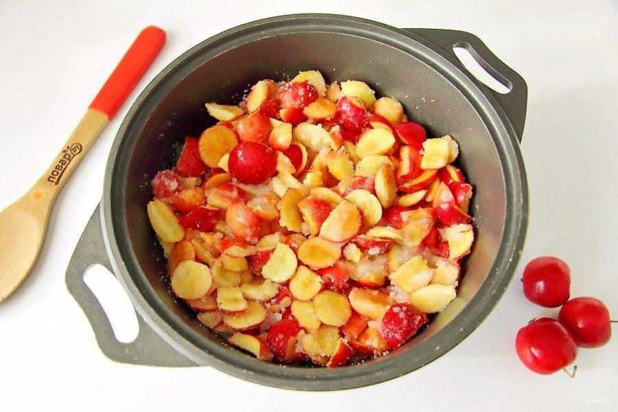 Переложите нарезанные яблочки в подходящую емкость, добавьте воду и сахар.