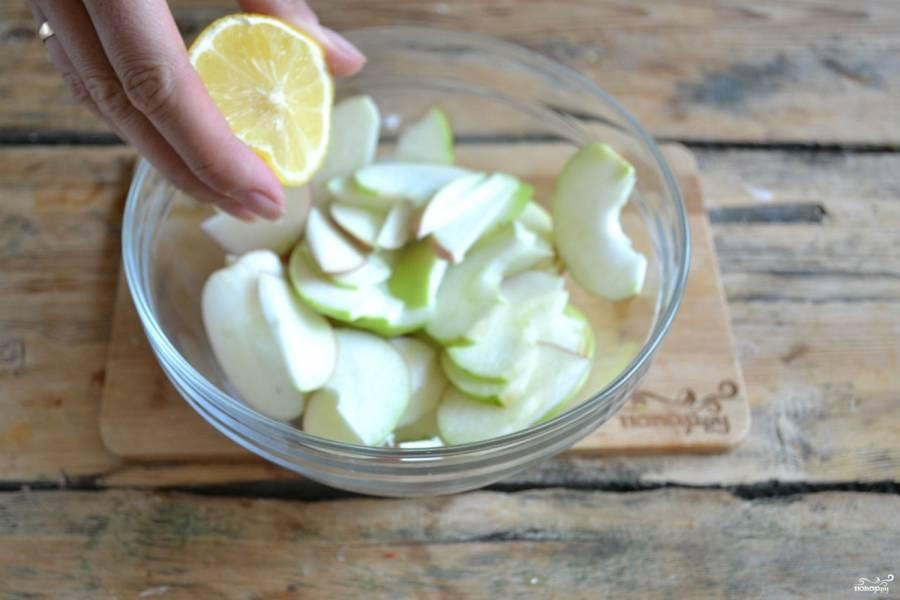Сбрызните яблоки соком половинки лимона, чтобы они не потемнели ни пока будете готовить тесто, ни пока будете запекать пирог.
